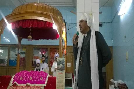 Bishop of Peshawar Humphrey S. Peters pays tribute to Sardar Soran Singh during the funeral prayers in the Gurdwara. Photo: Frontier News/Diocese of Peshawar