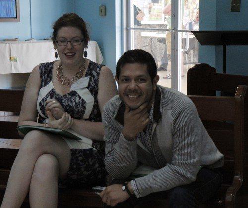 Los misioneros James Guandique y Rachel Schnabel del Cuerpo de Servicios de Jóvenes Adultos, participan en una discusión de un pequeño grupo durante la sesión matutina de la conferencia. Foto de Lynette Wilson/ENS.