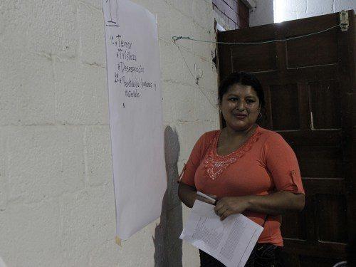Virginia María Quijije Lucas toma notas durante el taller de respuesta al desastre el 11 de junio. Foto de Lynette Wilson/ENS