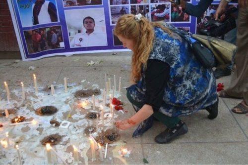 Caroline Carson, episcopal de la Diócesis de Luisiana, enciende una vela en memoria de las 72 personas que murieron en el ataque terrorista del Día de Pascua en el parque de Gulshan-e-Iqbal en Lahore, Pakistán. Foto/Diócesis de Raiwind.