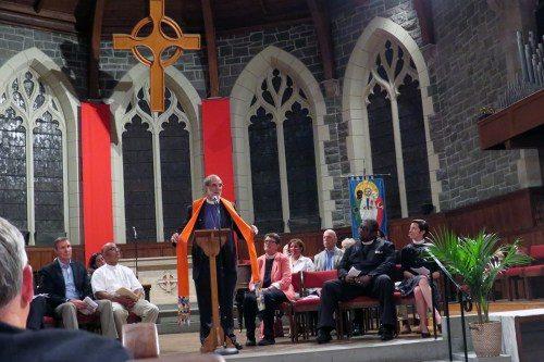 El Rvdmo. Mark Beckwith, obispo de la Diócesis de Newark, destaca su estola naranja, hecha por la feligresa Colleen Hintz, en una vigilia por las víctimas de la masacre de Orlando, Florida, que tuvo lugar el 15 de junio en la iglesia del Redentor en Morristown, Nueva jersey. Beckwith es uno de los coordinadores de Obispos Unidos contra la Violencia Armada, que se unió a 85 otras agrupaciones a través del país en pedirle a la gente que usara alguna prenda color naranja el 2 de junio como un testimonio contra la violencia armada. Foto de Sharon Sheridan.