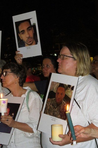 Fiona MacLachlan, a la derecha, de la iglesia episcopal de San Pedro [St. Peter's] en Morristown, Nueva Jersey, sostiene la foto de una de las víctimas de la masacre a tiros en un centro nocturno de Orlando, Florida. Foto de Sharon Sheridan.