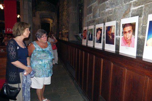 La Rda. Elizabeth Morrison (a la izquierda) y la Rda. Linda Gaden, ministras presbiterianas en Whippany y Port Murray, Nueva Jersey, respectivamente, miran las fotos de los que fueron asesinados por un pistolero en un centro nocturno de Orlando, Florida, antes de participar en una vigilia interreligiosa en la iglesia episcopal del Redentor en Morristown, Nueva Jersey, el 15 de junio. Foto de Sharon Sheridan.