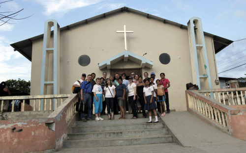 Companions from the Diocese of Tennessee pose along with members of St. James the Apostle in La Pila, a small community a 40-minute drive from Manta. Photo: Lynette Wilson/Episcopal News Service