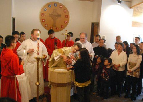 La Rda.LethaWilson-Barnard, vicaria, preside el bautismo en la iglesia de los Santos Apóstoles. Foto de los Santos Apóstoles.