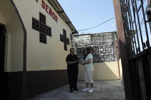 La Rda. Mariana Loor, a la izquierda, vicaria de la iglesia episcopal de Jesús el Señor en Guayaquil, Ecuador, y Sarerna Pettit, de la iglesia episcopal José de Arimatea en Hendersonville, Tennessee, conversan frente a la iglesia. Foto de Lynette Wilson/ENS.
