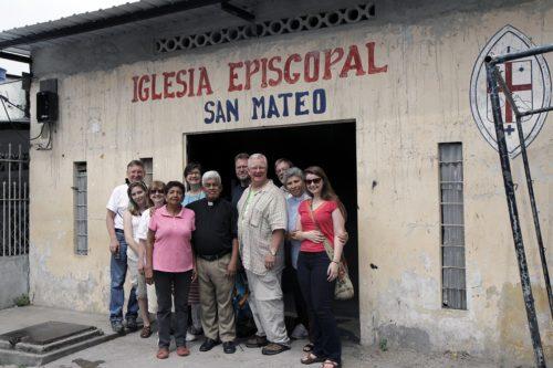 Compañeros provenientes de la Diócesis de Tennessee posan para una foto con el Rdo. Francisco Orrala y su esposa Claudina Pacheco frente a la iglesia episcopal de San Mateo en Guayaquil, Diócesis de Ecuador Litoral. Foto de Lynette Wilson/ENS.