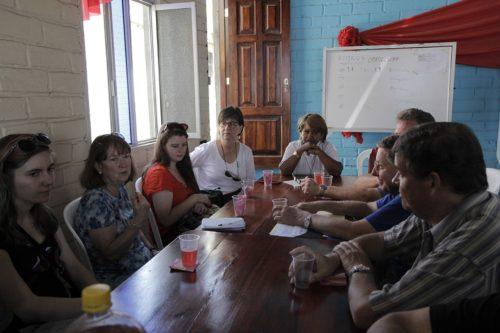 El grupo se reunió con la Rda. Betty Juárez Villamar, que preside la mesa, en la iglesia episcopal de San Pablo en Manta, una de las zonas más afectadas por el terremoto del 16 de abril. Foto de Lynette Wilson/ENS.