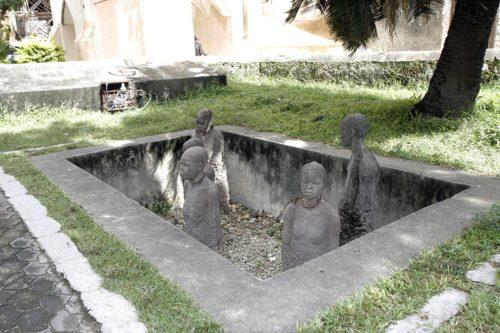 Statues d'esclaves enchaînés les uns aux autres par le cou servent de rappel des atrocités subies par les hommes, les femmes et les enfants qui ont été capturés et vendus en esclavage en Afrique de l'Est. Photo: Lynette Wilson/Episcopal News Service