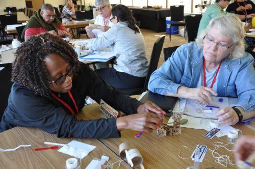 Myra B. Garnes, canóniga para la juventud y los jóvenes adultos de la Diócesis de Long Island, a la izquierda, y la Rda. Diane Higgins-Shaffer, diácona en la Diócesis de Oregón, trabajan en un ejercicio de creación de equipo durante el taller de formación de facilitadores 'Llamado a la Transformación' de Desarrollo de la Comunidad Basado en Recursos, del 13 al 16 de junio. Foto de Mary Frances Schjonberg/ENS.