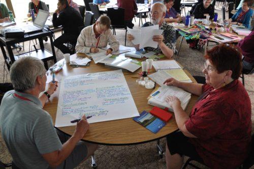 El Rdo. Bill Osborne, de la Diócesis de Spokane, abajo a la izquierda; Suzy Ward, de la Diócesis de San Joaquín, arriba a la izquierda; Allan Miles, de la Diócesis de Oregón, arriba a la derecha; y Candice Corrigan, de la Diócesis de Olympia, abajo a la derecha, crean un mapa de recursos del Centro de la Bahía de Dumas en Federal Way, Washington, el lugar de reunión del taller de junio del Llamado a la Transformación, un taller de formación de facilitadores para el Desarrollo de la Comunidad Basado en Recursos. La localización de recursos es una técnica del ABCD para descubrir las posibilidades de una comunidad. Foto de Mary Frances Schjonberg/ENS