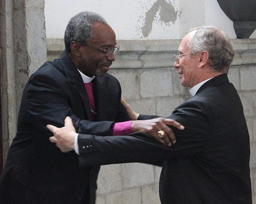 El obispo primado Michael Curry y Monseñor Lorenzo Voltolini, arzobispo catolicorromano de Portoviejo-Manabí, se saludan el 29 de junio durante la visita de Curry a la Diócesis Episcopal de Ecuador Litoral. Foto de Edgar Giraldo.