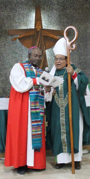 El obispo primado Michael Curry y el obispo diocesano Alfredo Morante España participan en la eucaristía del 30 de junio en la catedral de Cristo Rey en Guayaquil, la sede diocesana. La eucaristía tuvo lugar casi al final de la visita de Curry a la Diócesis Episcopal de Ecuador Litoral. Foto de Edgar Giraldo.