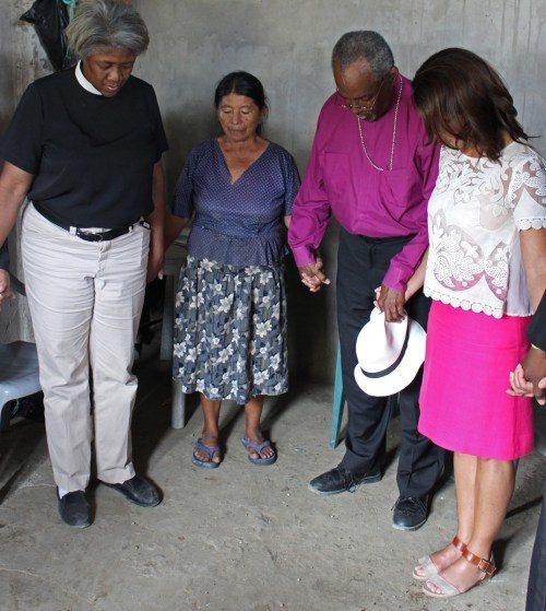 En el barrio de Santiago Apóstol en La Pila, el obispo primado Michael Curry visitó a varias personas afectadas por el terremoto del 16 de abril y oró con ellas. Foto de Edgar Giraldo.
