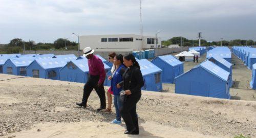 L'Évêque Président Michael Curry et d'autres personnes marchent dans le camp de réfugiés Esteros n°2 à Manta (Équateur) où résident un certain nombre des milliers de personnes déplacées par le séisme de magnitude 7,8 qui a frappé le 16 avril juste au large de la côte du pays. Photo: Edgar Giraldo