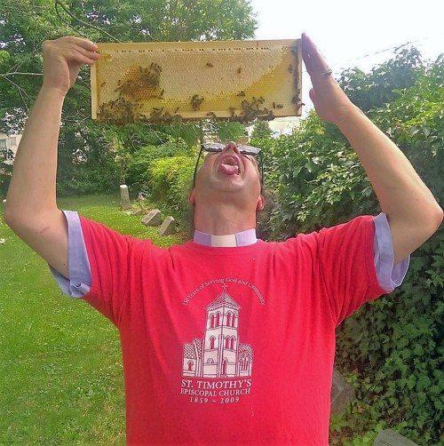 El Rdo. Kirk T. Berlenbach, rector y apicultor de la iglesia episcopal de San Timoteo [St. Timothy's], en la sección Roxbourgh de Filadelfia, espera que gotee la miel de un panal. Foto de Apicultores Episcopales [Episcopal Beekeepers] vía Facebook.