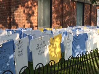 La iglesia episcopal El Calvario montó una exposición de 200 camisetas que llevaban el nombre y la fecha de nacimiento y muerte de víctimas de delitos violentos en el área metropolitana del D.C. Foto de Gayle Fisher-Stewart