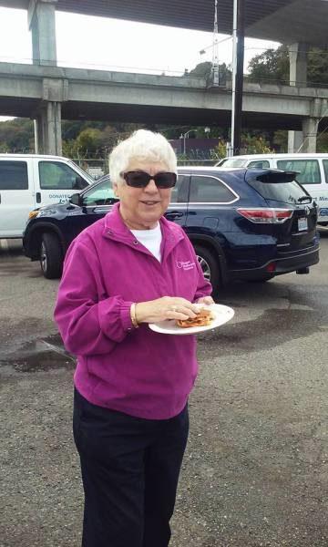 Johanna Padie, feligresa de la iglesia episcopal de Santa Margarita en Redmond, Washington, ayudó a comenzar el ministerio del huerto de la Misión a los Marinos en el puerto de Seattle. Foto de la Misión a los Marinos en Seattle vía Facebook.