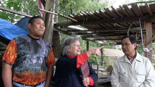 Sue Bernstein, miembro de la iglesia episcopal camboyana de la Sagrada Familia de Jesús en Tacoma, Washington, y promotora de los huertos comunitarios, habla con Saron Chin, a la izquierda y Soeung Long, en el huerto que está detrás de la iglesia. Foto de Mary Frances Schjonberg/ENS