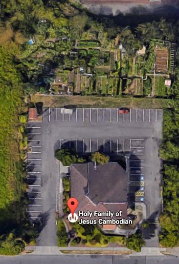 Los huertos de la iglesia episcopal camboyana de la Sagrada Familia de Jesús se encuentran detrás del edificio y del estacionamiento de la iglesia en Tacoma, Washington. Foto de Google Maps