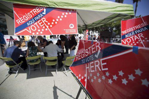 En septiembre de 2015, [un grupo de voluntarios] pinta carteles durante una campaña del Día Nacional de La Inscripción del Votante para promover la inscripción en el registro de votantes. Foto de Mario Anzuoni/REUTERS.