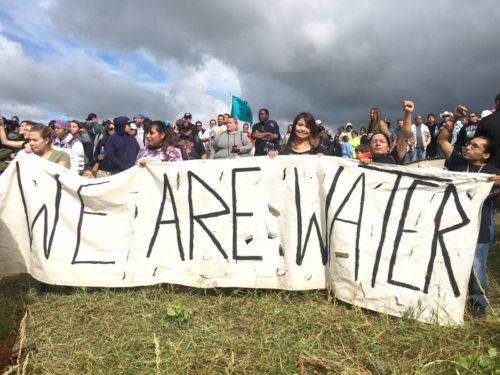 Manifestantes en contra del Oleoducto para el Acceso a las Dakotas se pronuncian sobre la amenaza que dicen genera el oleoducto. Foto de No Dakota Access in Treaty Territory – Campamento de las Piedras Sagradas.