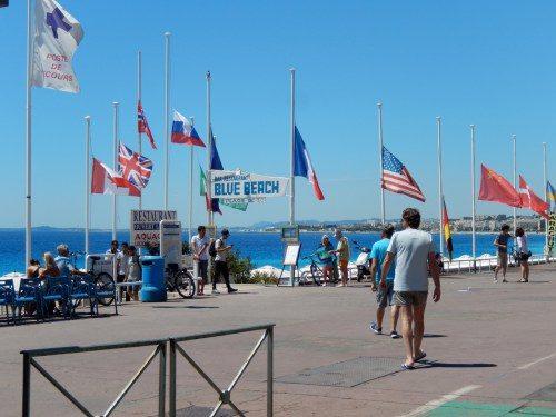 Les drapeaux en berne, sur la Promenade des Anglais, après l'attentat du 14 juillet.