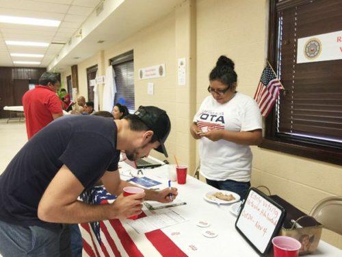 Maria Villenas de l'organisme Mi Familia Vota inscrit des résidents sur les listes électorales à La Iglesia Espiscopal de San Pablo à Houston. Photo: Paulette E. Martin