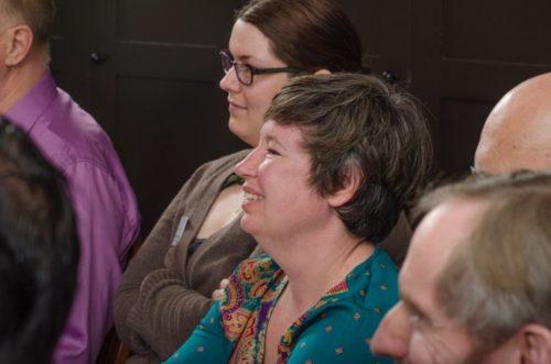 Jennifer Snow, directora del [programa] de aprendizaje extendido de la CDSP y profesora auxiliar de teología práctica, moderó las reflexiones teológicas durante el adiestramiento de la IAF del año pasado. Foto/CDSP.