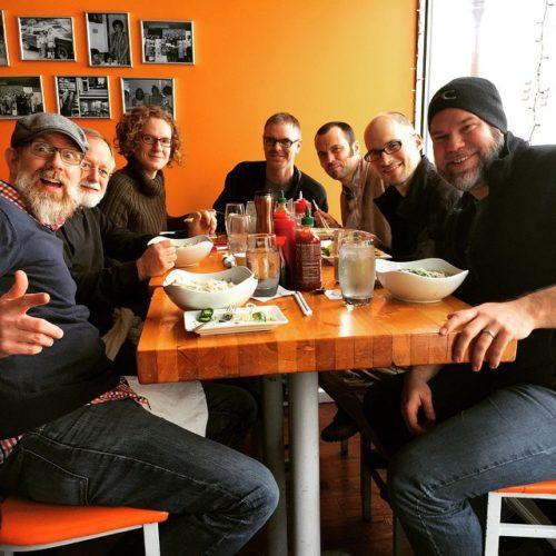 Aaron Klinefelter (en primer plano a la derecha) con un grupo de pastores y líderes que él usaba como cofacilitadores en la Diócesis de Ohio Sur antes de que él y su familia se mudaran a Berkeley para que él asistiera a la CDSP. Foto de Aaron Kleinfelter.