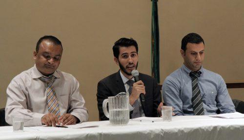 Maher Shakir, au centre, ancien réfugié irakien, partage son expérience lors du panel du 14 septembre sur la réinstallation des réfugiés. Jay Subedi, à gauche, ancien réfugié du Bhutan, et Akram Hussein, à droite, lui aussi venu d'Irak, ont également fait part de leurs expériences. Photo : Lynette Wilson