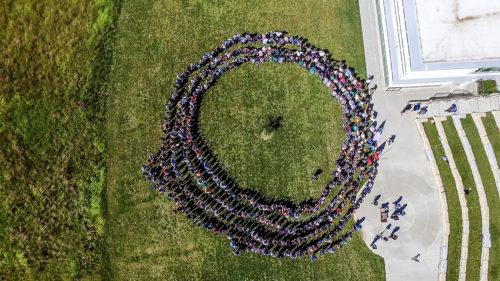 Miembros y visitantes de la Iniciativa Trirreligiosa de Omaha hicieron este año un círculo de la paz en memoria de los ataques del 11 de septiembre. Foto de la Iglesia Comunitaria del Campo.