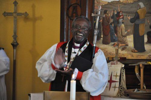 Le 25 septembre, l'Évêque Primat Michael Curry réagit après avoir appris que les gens de l'Église épiscopale St. James de Cannon Ball, Dakota du Nord, s'étaient rassemblés à l'église le 1er novembre 2015, pour regarder la diffusion de son intronisation en tant que 27e évêque Primat de l'Eglise Episcopale.Photo: Mary Frances Schjonberg/Episcopal News Service