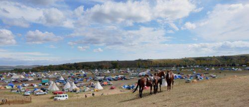 Le Camp d'Oceti Skowin s'étend le long de la rive nord de la Rivière Cannonball sur la Reserve Sioux de Standing Rock. Voilà une vue de Facebook Hill, où se retrouvent les médias, où les gens peuvent venir recharger leurs appareils électroniques dans un camion équipé de panneaux solaires et où parfois on peut obtenir du réseau téléphonique. Photo: Mary Frances Schjonberg/Episcopal News Service