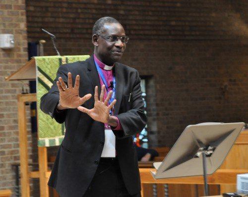 """El obispo primado Michael Curry invitó a Josiah Fearon, secretario general de la Comunión Anglicana, a asistir a [la conferencia] La evangelización es importante. Fearon se dirigió a la conferencia, encomiándola por """"reevangelizar esta parte de la Comunión Anglicana"""". Durante una posterior rueda de prensa, afirmó que el resto de la Comunión Anglicana debe saber que la Iglesia Episcopal habla no sólo acerca de la sexualidad humana; habla también acerca de la evangelización, y que está dando un ejemplo de vivir juntos en medio de las diferencias y contextualizando el evangelio. Foto de Mary Frances Schjonberg/ENS."""