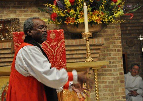 El obispo primado Michael Curry siempre estuvo moviéndose durante su tiempo en la conferencia La evangelización es importante en la iglesia de la Transfiguración en Dallas, Texas. Foto de Mary Frances Schjonberg/ENS.