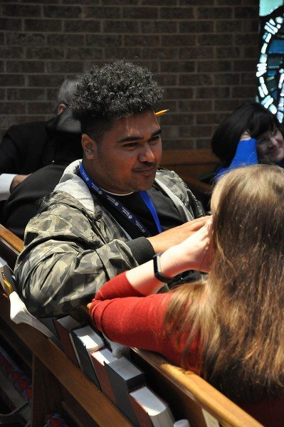 Durante un taller de La evangelización es importante, Viliami Lino, de Honolulu, conversa con un compañero participante en un ejercicio de compartir la experiencia de la fe. Foto de Mary Frances Schjonberg/ENS.