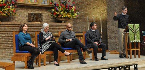 """El Rdo. Scott Gunn, director ejecutivo del Movimiento Adelante [Forward Movement], a la derecha, presenta el panel principal de la conferencia el 18 de noviembre """"¿Qué es la evangelización?"""" Los participantes fueron, de izquierda a derecha, Carrie Boren Headington, misionera para la evangelización en la Diócesis of Dallas; Mary Parmer, creadora del programa Invita* Recibe* Conecta, de la Diócesis de Texas; el Rdo. Marcus Halley, de la Diócesis de Misurí Occidental y el Rdo. Alberto Cutié, de la Diócesis del Sudeste de la Florida. Foto de Mary Frances Schjonberg/ENS."""