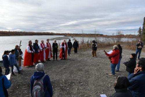 Obispos junto al río